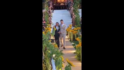 Pai de Carlinhos Maia acompanha humorista em casamento em AL