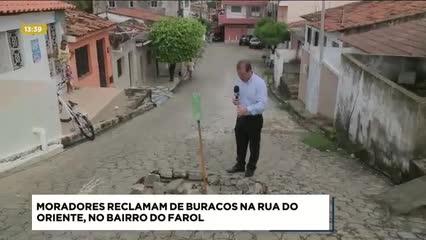 Moradores reclamam de buracos na Rua do Oriente, no bairro do Farol