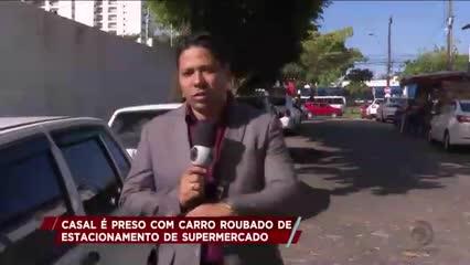 Casal é preso com carro roubado de estacionamento de supermercado