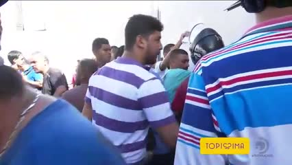 Dezenas de pessoas formam fila na capital em busca de emprego