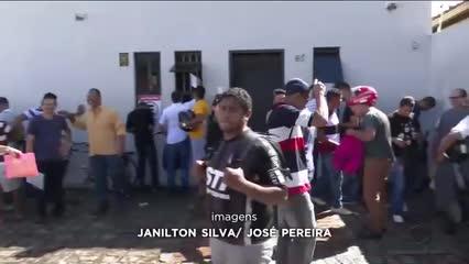 Dezenas de pessoas formam fila na busca de emprego