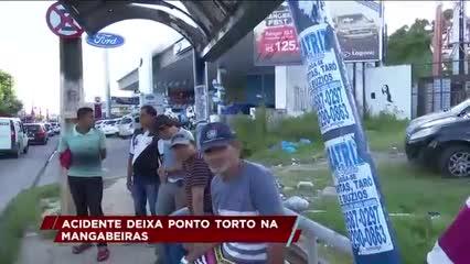 Acidente deixa ponto de ônibus torto na Mangabeiras