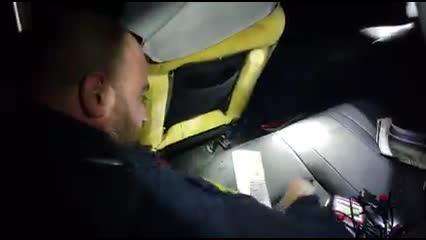 Dupla com arma e cheques roubados escondidos em carro é presa
