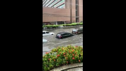 Chuva alaga ruas e causa transtornos no Grande Recife III