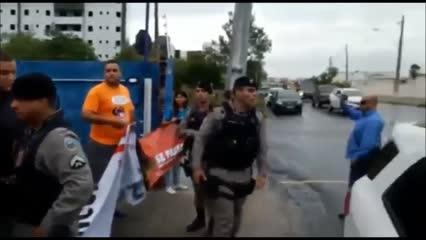 Policial agride manifestante durante protesto em Campina Grande