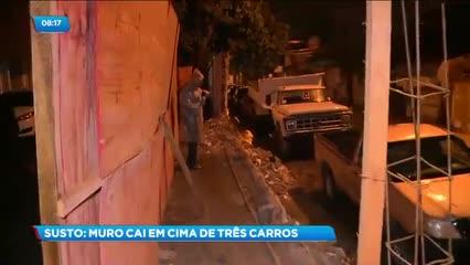 Muro do Fórum do Barro Duro caiu e atingiu três veículos que estavam estacionados