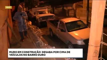 Muro em construção desaba por cima de veículos no Barro Duro