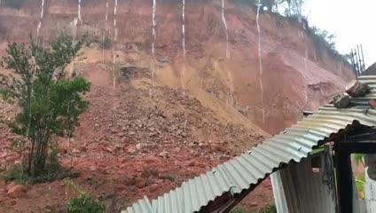 Barreira cede e derruba parte de casa em Ipioca