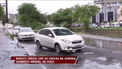 Buraco cresce com as chuvas na Avenida Humberto Mendes, no Poço