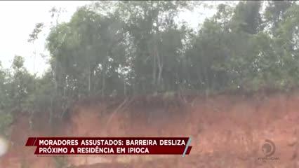 Barreira desliza próximo a residência em Ipioca