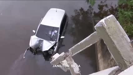 Veículo cai da ponte do rio Pratagy, perto da praia do Mirante da Sereia