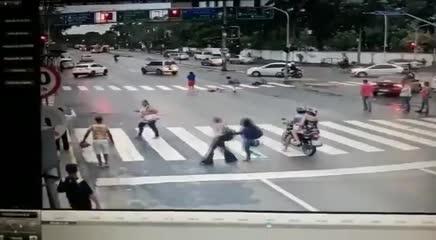 Idosa em cadeira de rodas é atropelada por carro em avenida do Recife