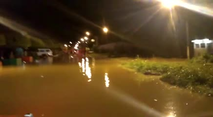Rio Jacuípe transborda e ameaça casas, mas previsão melhora após dia de chuvas