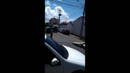 Caixão cai de carro funerário em Sobral, no Ceará