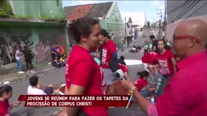 Fiéis confeccionam tapetes de Corpus Christi no Centro de Maceió