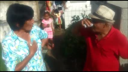 Viúvo reúne amigos e parentes para festejar aniversário de esposa em cemitério no interior de Alago