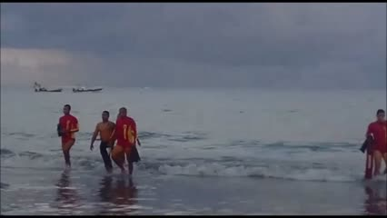 Bombeiros resgatam suspeito de roubo após fuga pelo mar, em Maceió