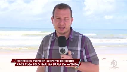 Bombeiros resgatam suspeito de roubo após fuga pelo mar, na Praia da Avenida