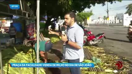 Muitas pessoas vão à Praça da Faculdade em busca do milho para o São João
