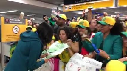Assista: seleção feminina é recebida com festa no aerporto