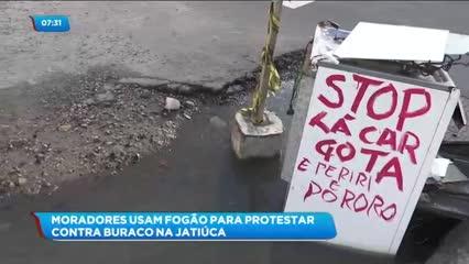 Moradores usam fogão para protestar contra buraco na Jatiúca