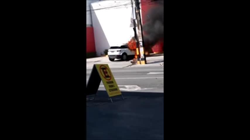 Carro de luxo é completamente destruído em incêndio neste domingo