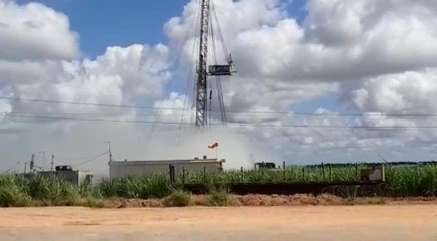 Posto de extração fica envolto em névoa após vazamento de gás natural