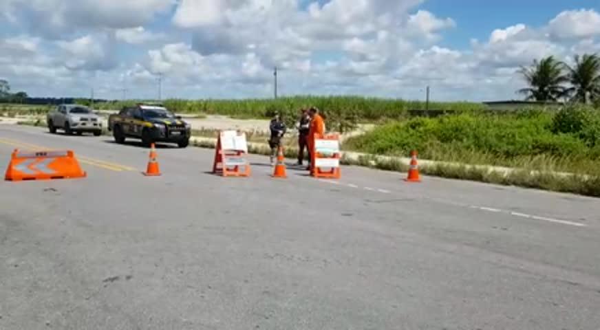 Agentes da PRF bloqueiam trecho da BR-101 após vazamento de gás natural