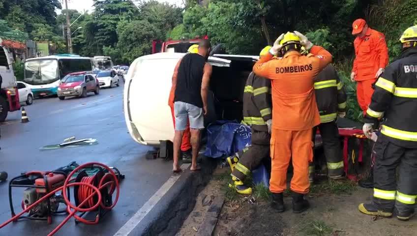 Um fica ferido após carro capotar na Ladeira Geraldo Melo