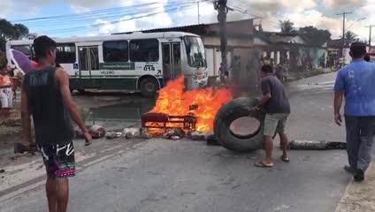 Moradores bloqueiam via em protesto por falta d'água na Mata do Rolo