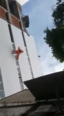 Bombeiros resgatam trabalhador que caiu em buraco de prédio em construção