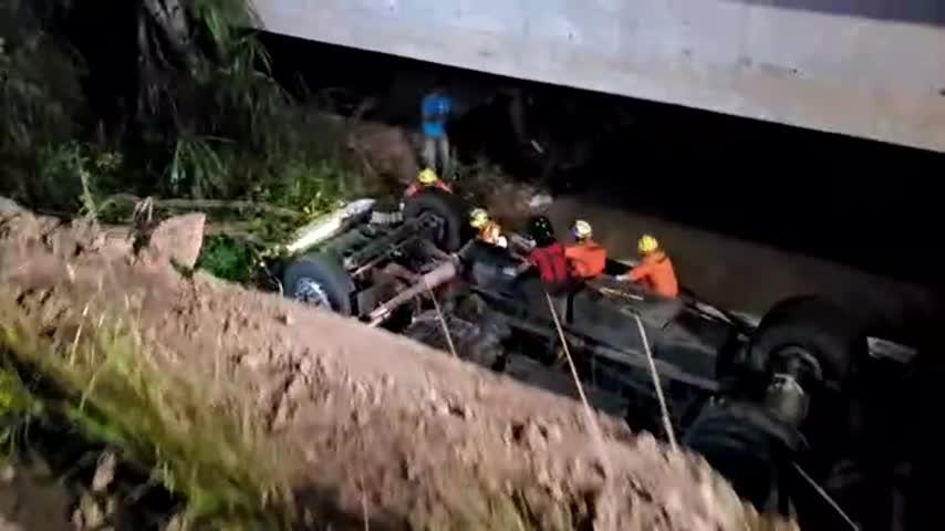 Caminhão cai de ponte e motorista morre em Marechal Deodoro