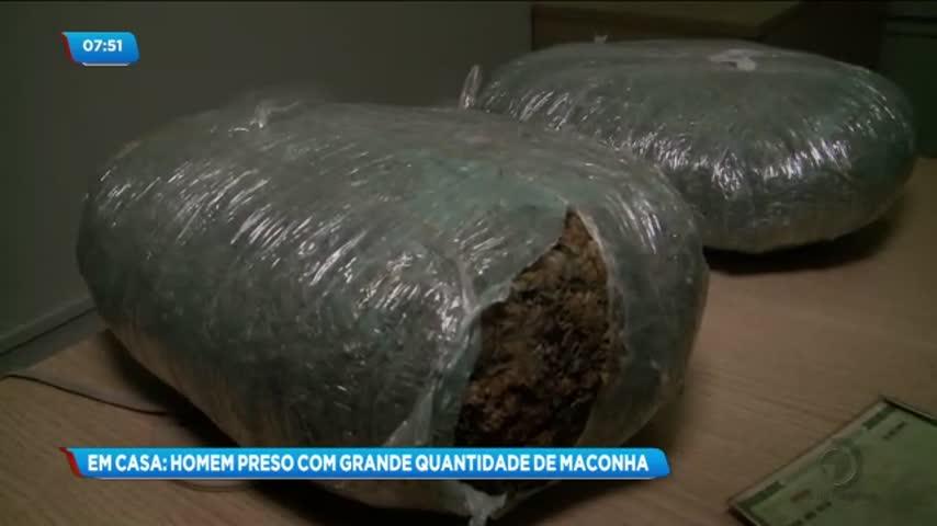 Homem de 47 anos foi preso com uma grande quantidade de maconha dentro de casa