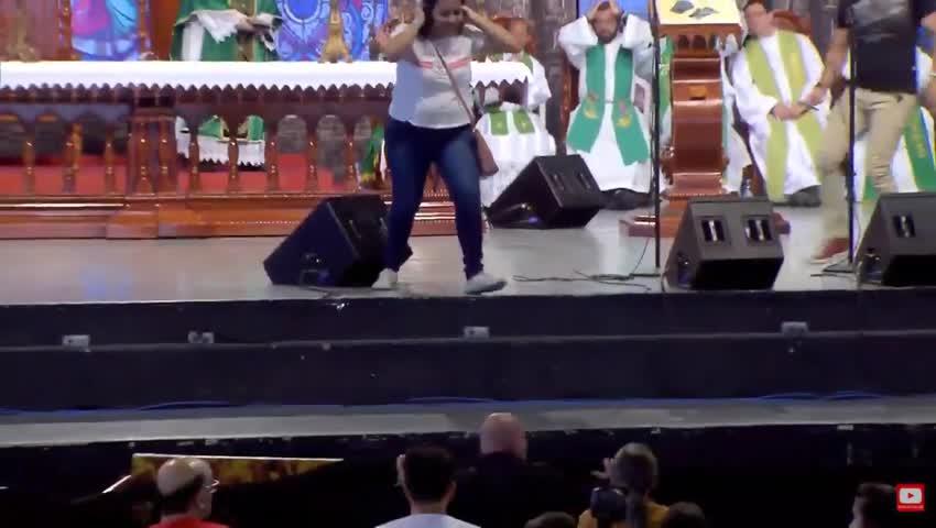 Vídeo: mulher empurra padre Marcelo Rossi do palco durante evento em SP