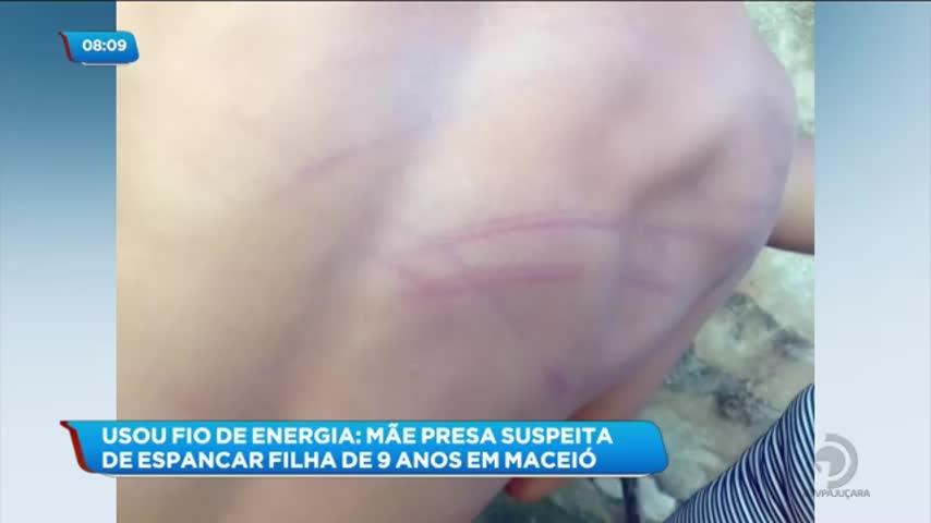 Mulher foi presa acusada de espancar a própria filha de 9 anos